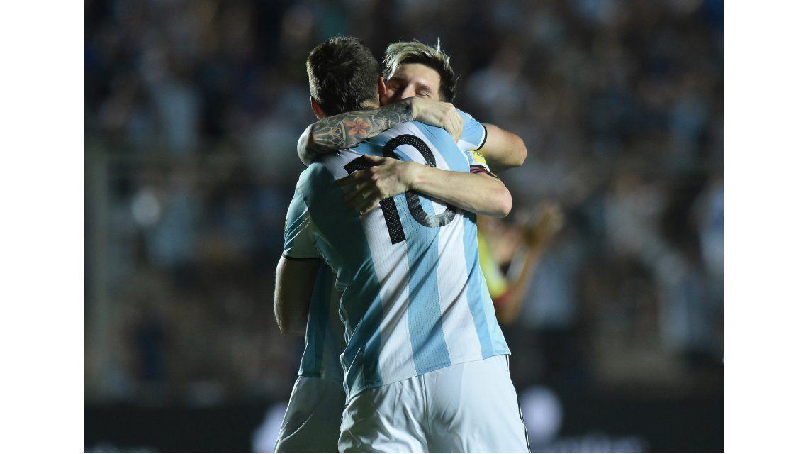 El abrazo entre Lionel Messi y Lucas Pratto