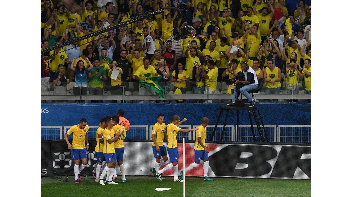 El festejo de Brasil por el golazo de Coutinho ante Argentina