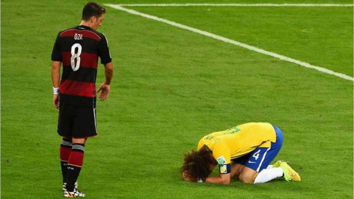 Ozil se acerca a consolar a David Luiz
