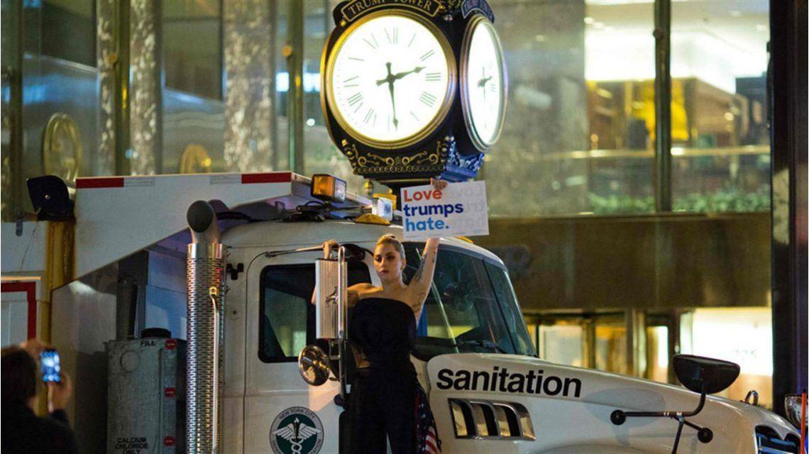 Lady Gaga protestó por el triunfo de Donald Trump.
