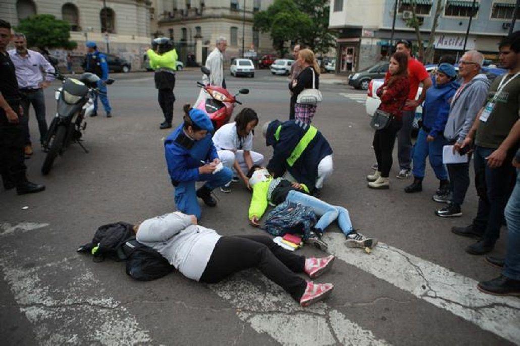 Dos inspectoras fueron atropelladas por el conductor de un auto durante un operativo de control en La Plata. Foto: diario El Día.