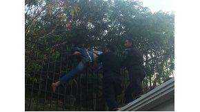 Intentó robar en una casa y quedó atrapado en la reja. Imagen cortesía de Informate Salta