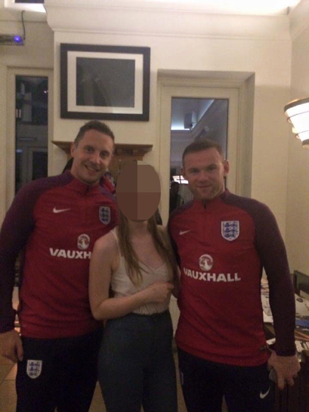 Wayne Rooney junto a la novia de la boda en la que se infiltró