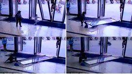 Una nena de tres años fue aplastada por una puerta de vidrio cuando entraba a un edificio en China.