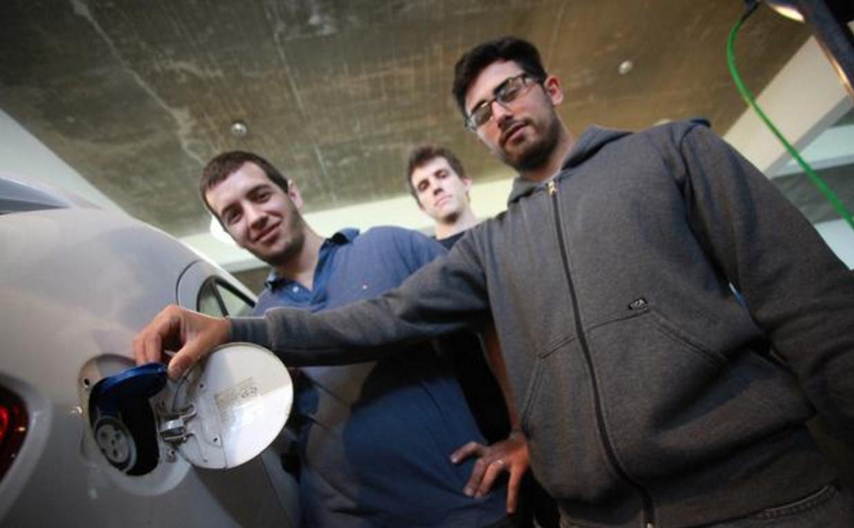 Tomás y su equipo trabajando en la UNLP con el VW Gol modificado (Foto: gentileza diario El Día)