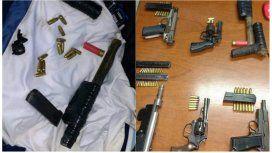 Algunas de las armas secuestradas tras el enfrentamiento entre las dos faccones de Deportivo Merlo