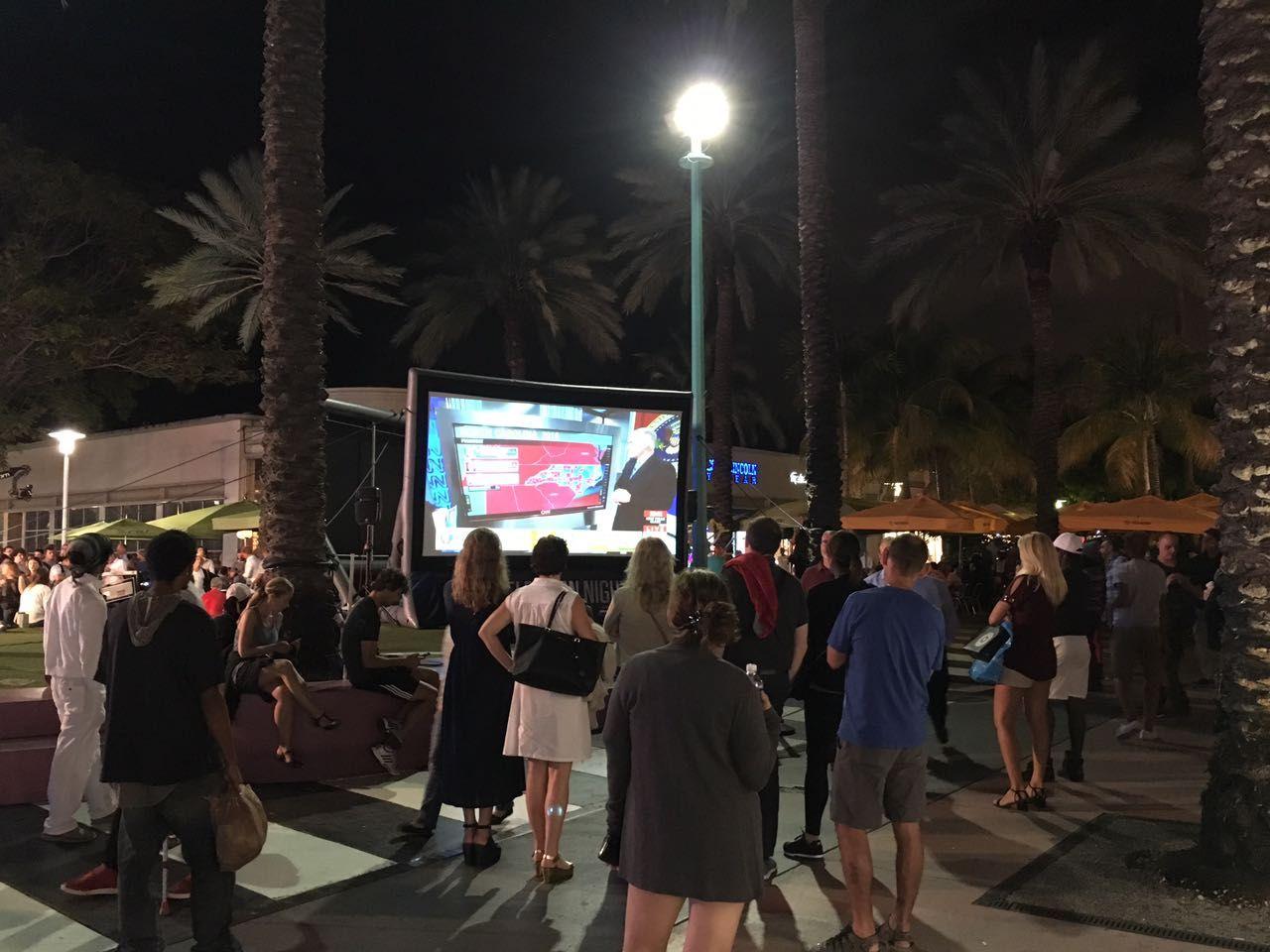 Turistas dejaron sus tradicionales paseos de lado para palpitar las elecciones en Estados Unidos