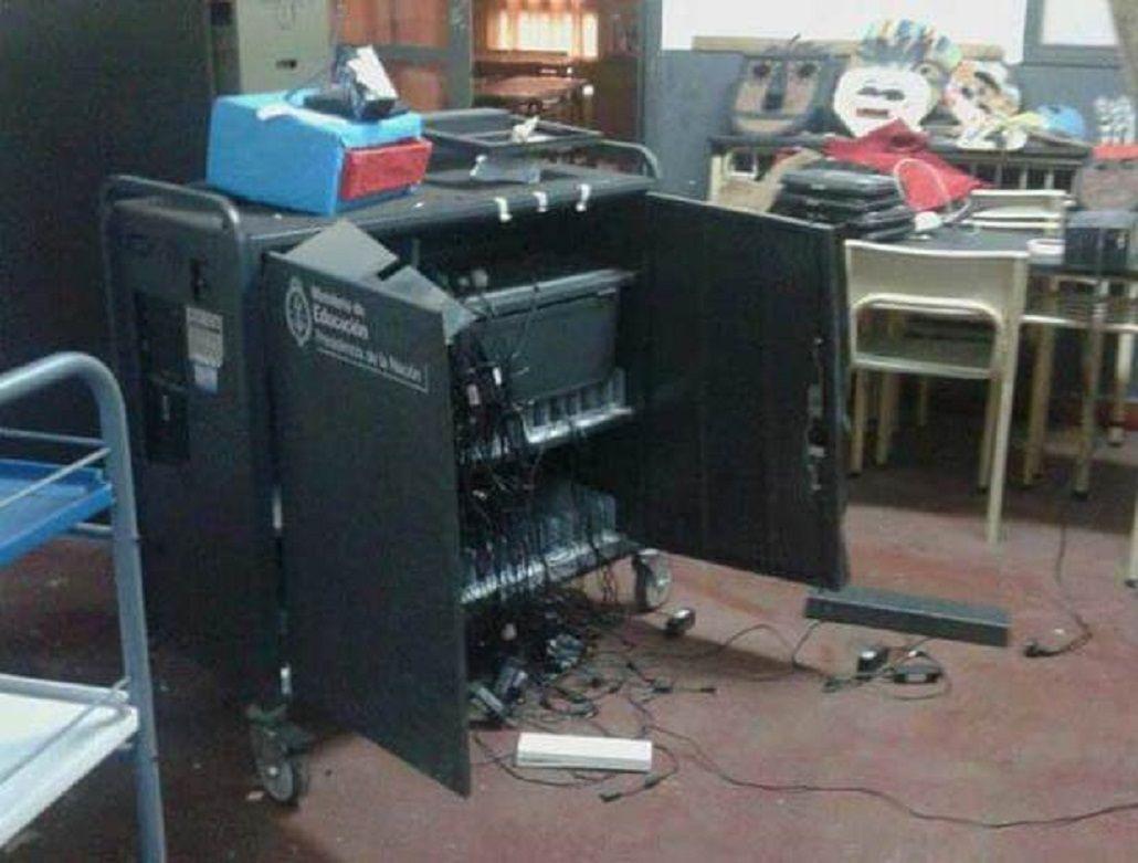 Una escuela de La Plata fue asaltada por delincuentes que destrozaron el edificio y se llevaron hasta la vianda de los nenes.