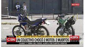 Choque en retiro entre dos motos y un colectivo de la línea 100