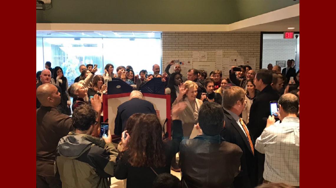 Hillary Clinton durante su votación en Nueva York