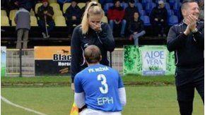 Un jugador le pidió matrimonio a una jueza de línea en pleno partido y emocionó a todos.