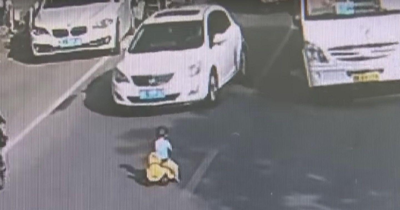 Un nene se mete triciclo en una calle a contramano con su triciclo