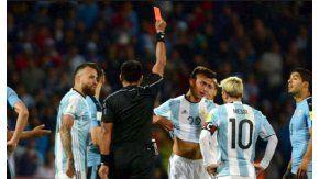 El chileno expulsó a Dybala en el primer tiempo frente a Uruguay