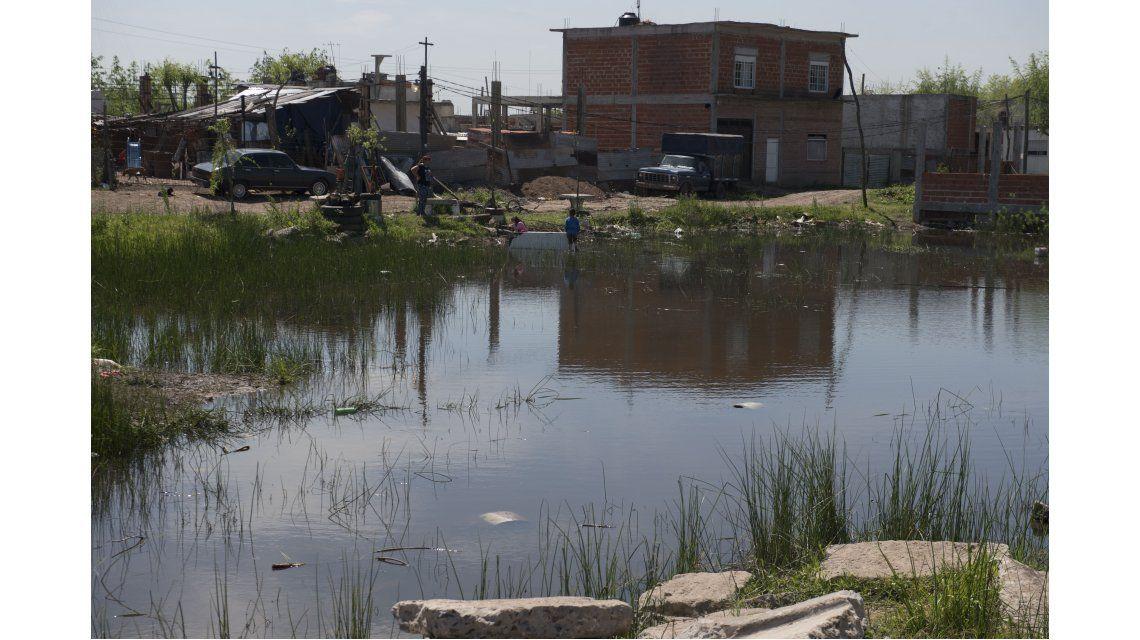 El 70% de los asentamientos informales tiene dentro de su barrio o está a menos de 10 metros de un factor de riesgo para la salud de sus habitantes