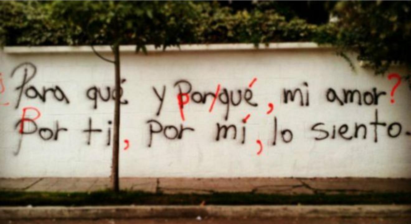 Por la letra de los graffitis y de las correcciones