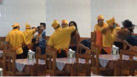 VIDEO: Cobarde ataque a piñas de un empleado de un restaurante a una mujer