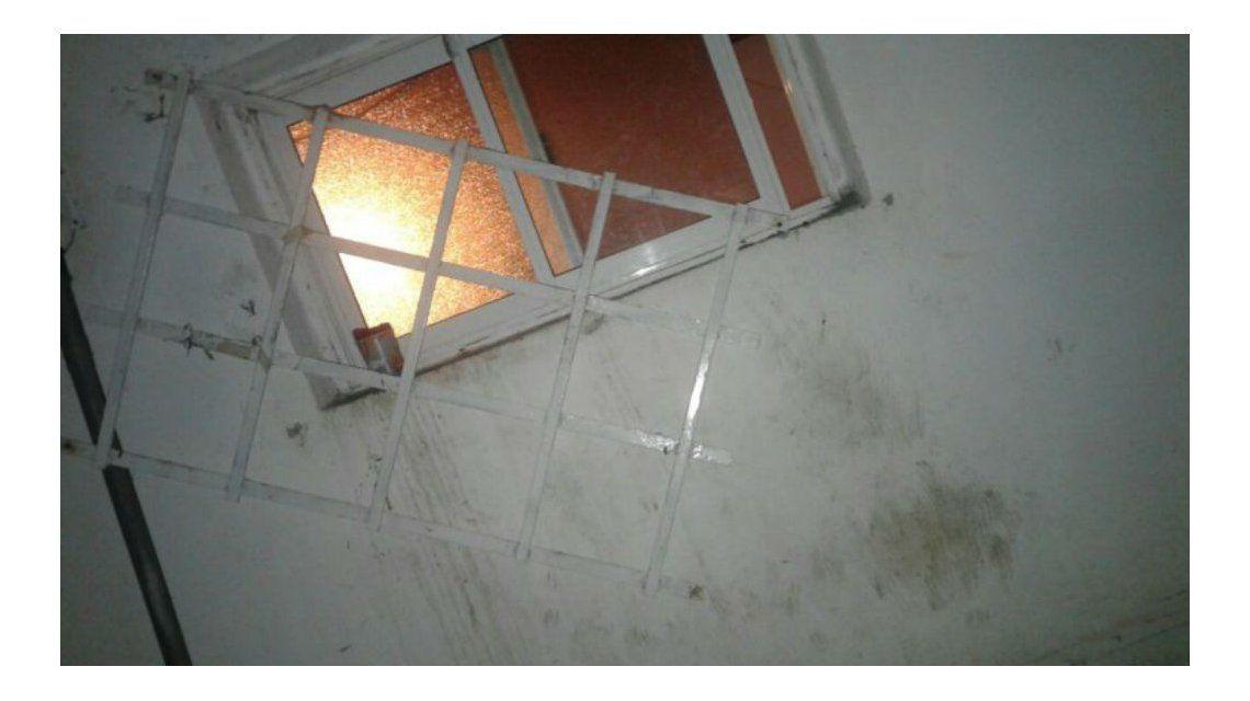 Esta es la ventana por la que el pastor intentó meterse en la casa de la vecina.