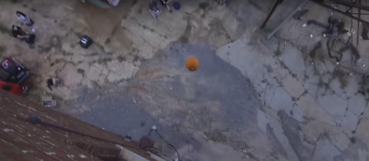 Tiraron un iPhone dentro de una calabaza desde 30 metros