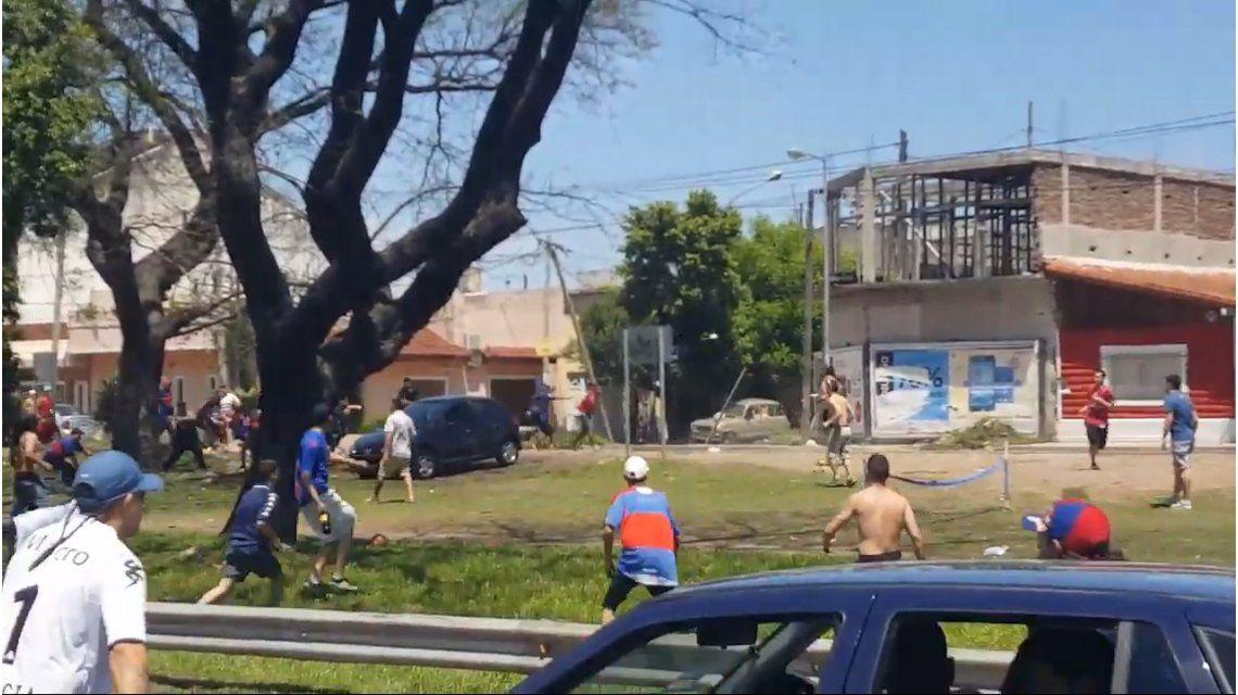 Barras de Tigre atacaron a golpes y piedras a integrantes de un club de autos en la avenida General Paz.
