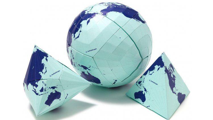 Un mapa hecho a base de origami respecta las proporciones entre regiones y continentes - Crédito: www.alexcious.com