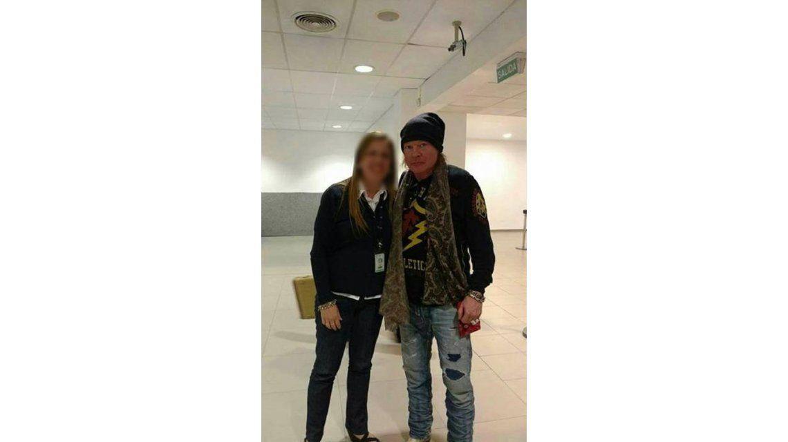Axl Rose con una fanática al llegar a Rosario