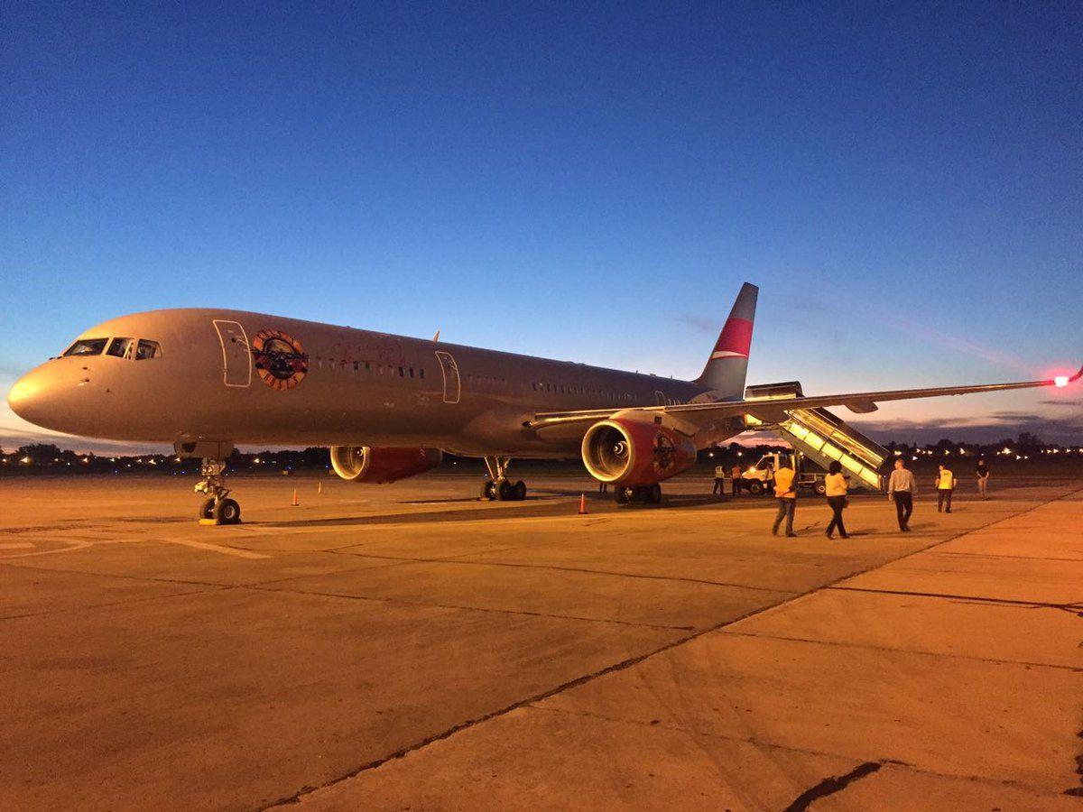 El avión privado de los Guns N Roses en la pista de aterrizaje delAeropuerto Internacional Islas Malvinas de Rosario
