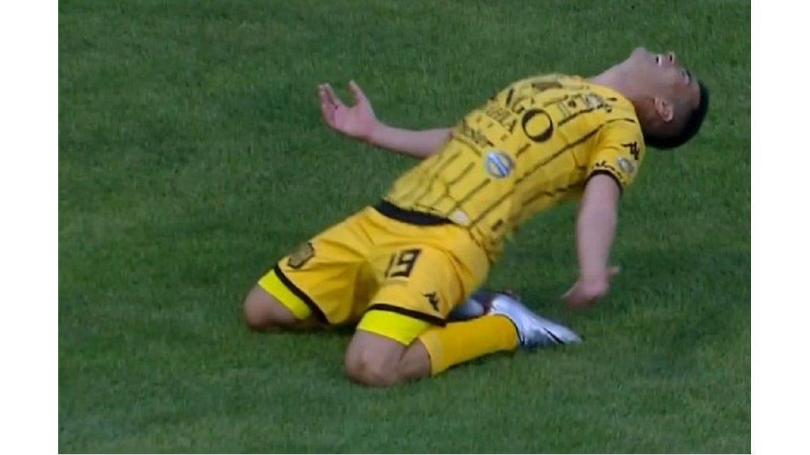 Jacobo Mansila festeja el gol de Olimpo ante Atlético Tucumán