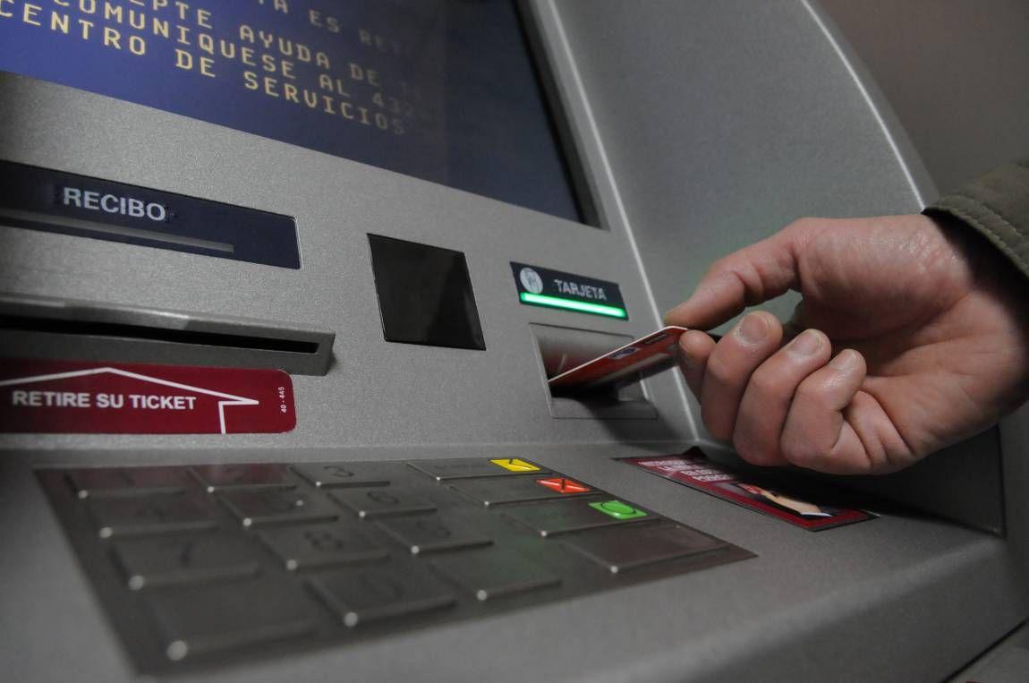 El paro bancario podría traer aparejada la escasez de  billetes en algunos cajeros.