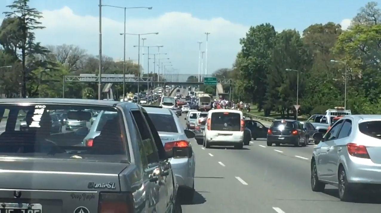 Las barras de Tigre atacaron a integrantes de un club de autos en plena avenida General Paz.