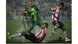 El jugador delChapecoenseGil (al centro) disputa la pelota balón con Pérez (abajo) y Balanta (a la derecha) del Junior