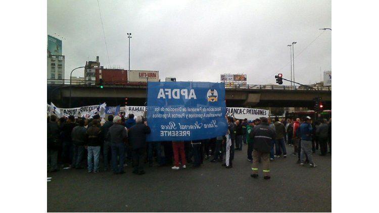 Protesta de trabajadores de la Asociación del Personal de Dirección de Ferrocarriles y Puertos Argentinos (Apdfa)