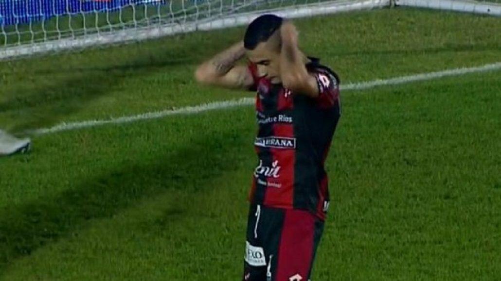 Fernando Telechea se toma la cabeza después de errar un gol hecho