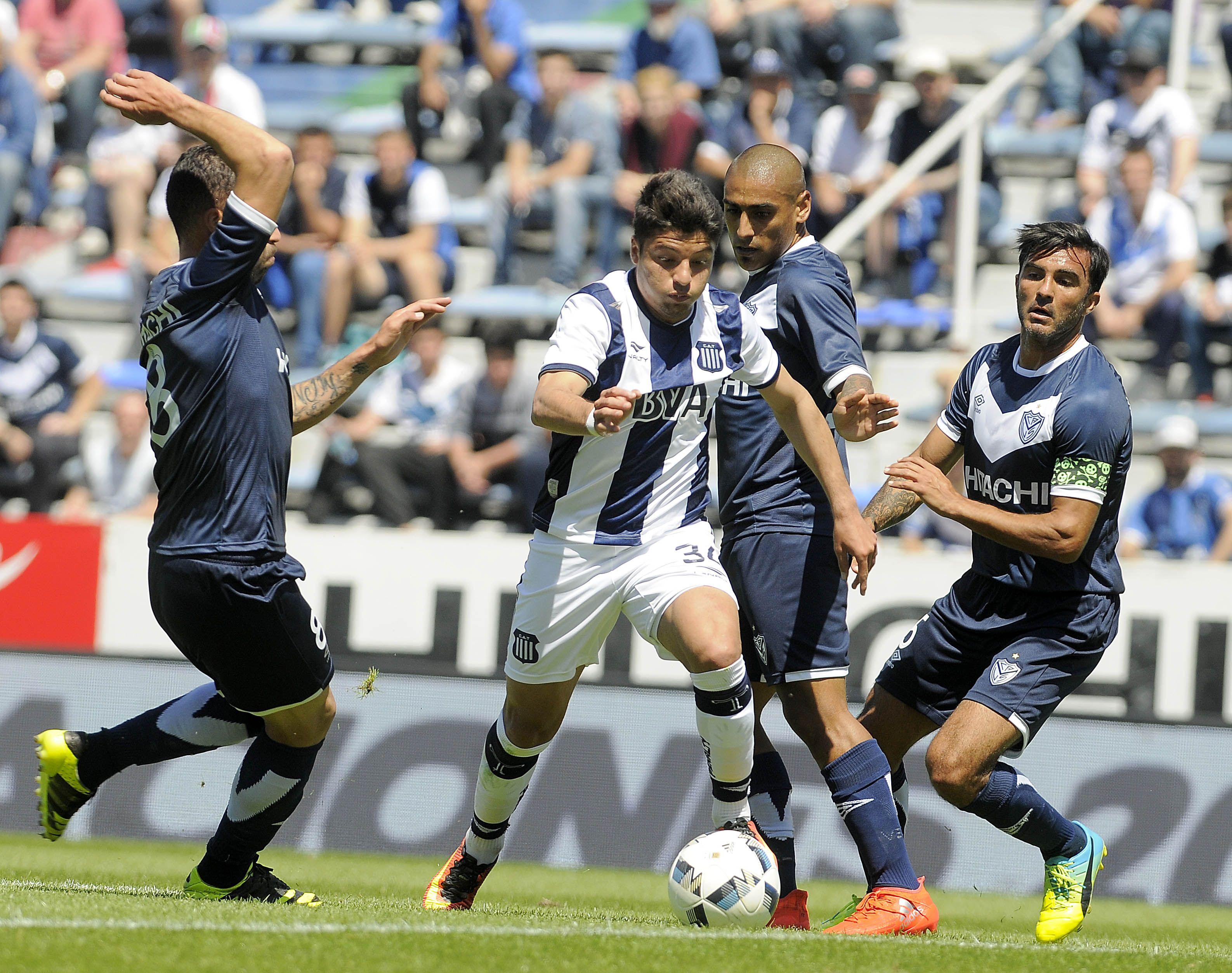 La defensa de Vélez mostró serias falencias y el capitán no quedó exento