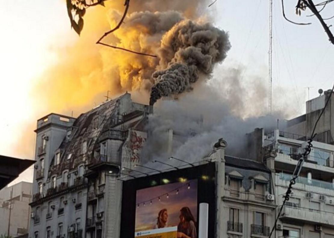 Un edificio se prende fuego en pleno centro porteño