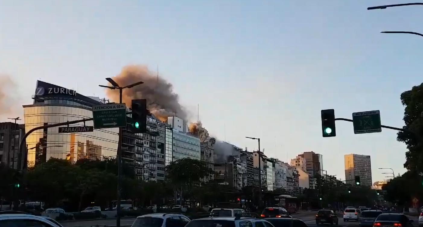 El lugar donde se ubica la columna de humo es la intersección de las avenidas 9 de julio y Santa Fe