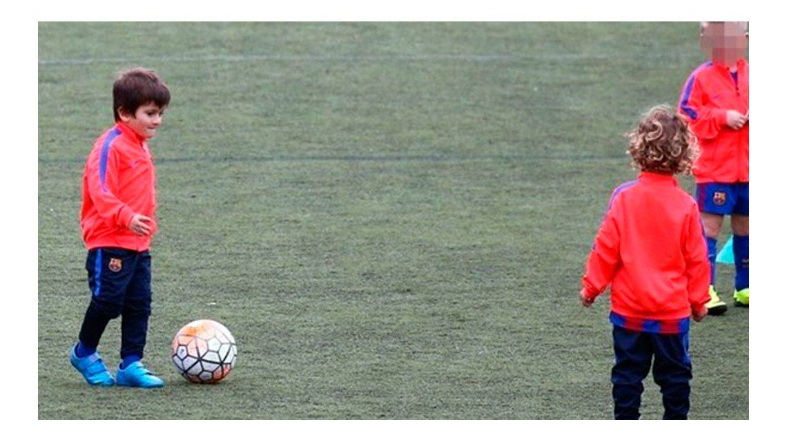Thiago Messi entrenando en Barcelona.