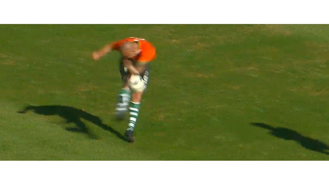 El goleador quiso romper el arco y no le salió