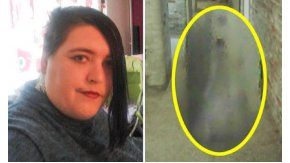 Una mujer le saca una foto a un supuesto fantasma