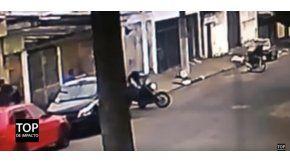 Un policía encubierto le disparó a un delincuente en moto que intentó robarle