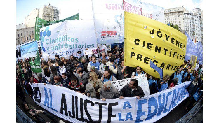 Investigadores y estudiantes protestaron fente al Congreso contra el recorte en el presupuesto de ciencia.