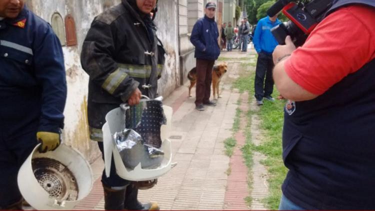 Los bomberos tuvieron que cortar el electrodoméstico para rescatar a la beba