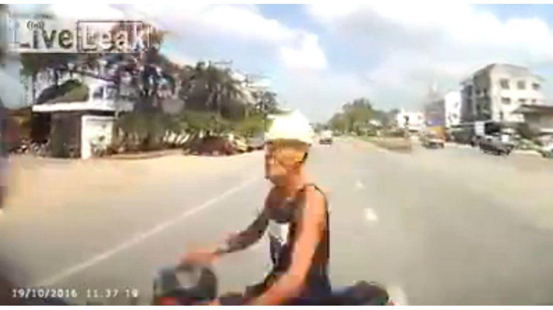 Choque entre una moto y un vehículo en Tailandia
