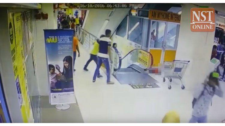 Una nena cayó de una escalera mecánica estando en los hombros de su padre