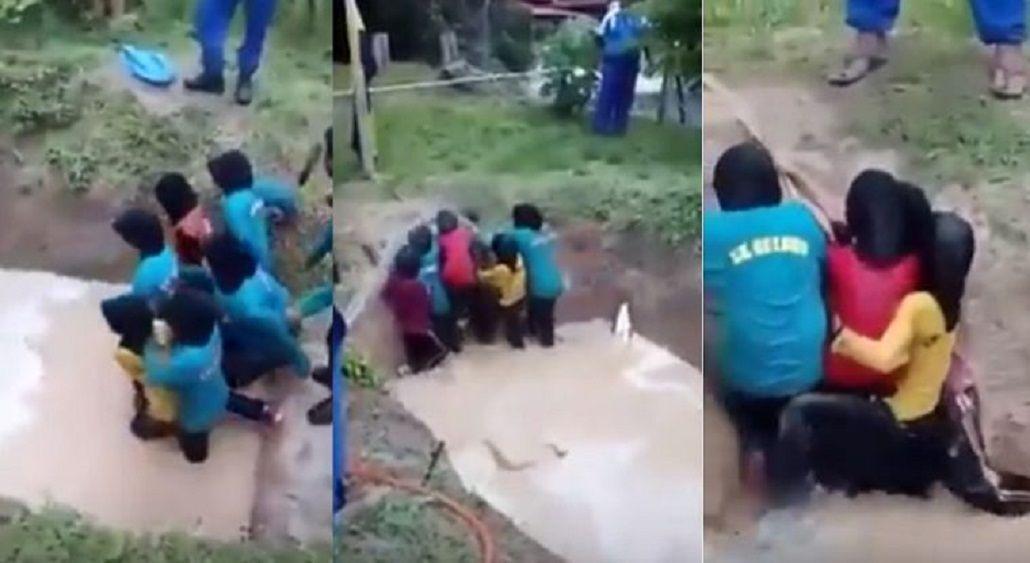 Unas nenas fueron obligadas a cruzar un pozo con agua en el que había serpientes.