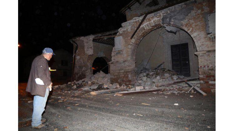 Un hombre mira lo que quedó de un edificio en la villa SantAntonio