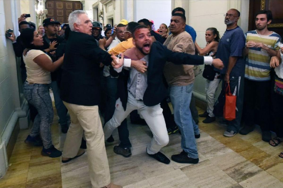 Grupos chavistas invadieron este domingo el Parlamento