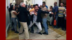 Grupos chavistas invadieron este domingo el Parlamento, ante las acusaciones contra Maduro
