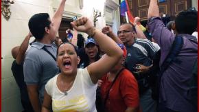 La sesión en el Parlamento venezolano, debió ser brevemente suspendida por la irrupción de grupos chavistas en el recinto