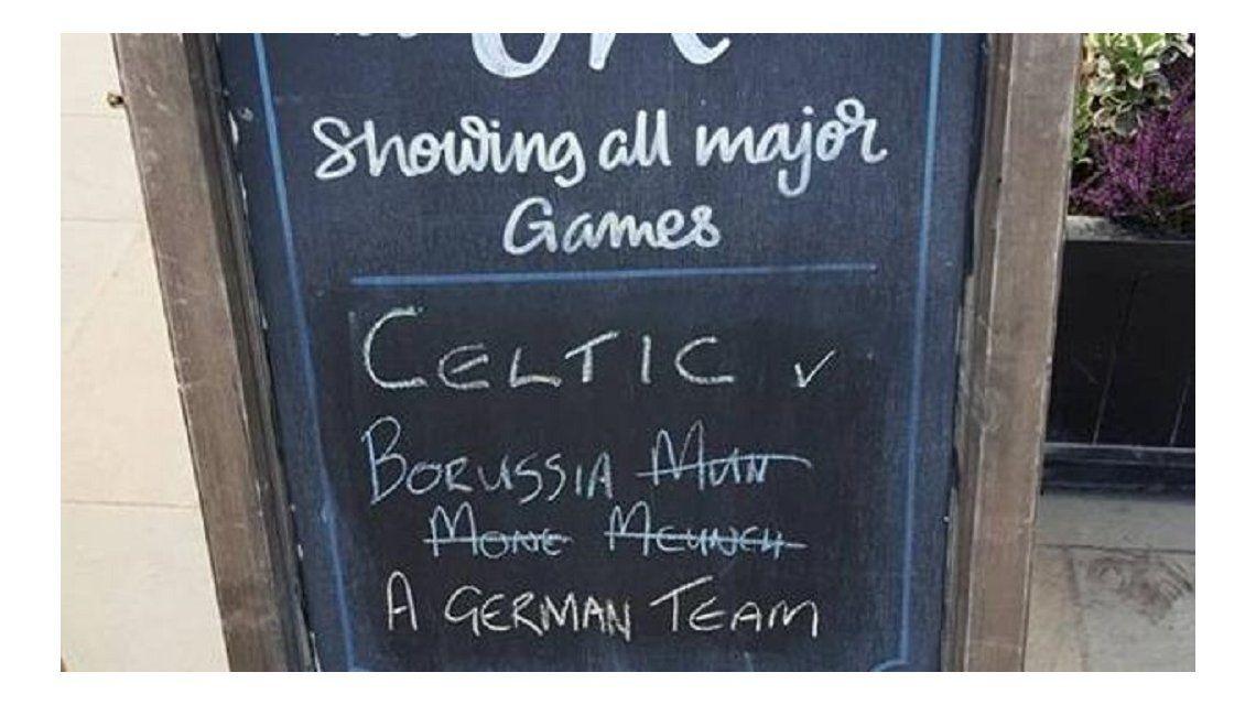 El pizarrón de un bar es furor en las redes sociales ante la visita del Borussia Monchengladbach al Celtic de Escocia