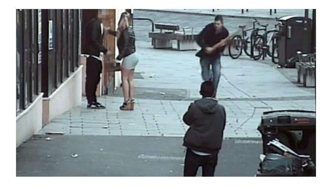 Daniel Way agarró un palo en la calle y agredió a una pareja de españoles por no hablar en inglés.